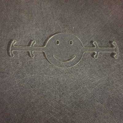 attache masque smiley