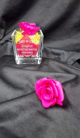 vase gravé et rose stabilisée